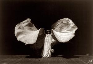 Su sistema de varillas y seda dotó de vaporosidad los números de la artista estadounidense