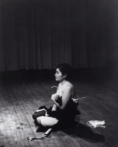 """Yoko Ono ya era uno de los grandes nombres de la vanguardia neoyorquina antes de que conociera a John Lennon/ Photo Credits: """"Pieza de corte"""", 1964, Yoko Ono"""