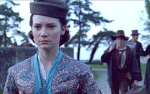 Mia Wasikowska despliega toda la fortaleza pasional que emana su personaje