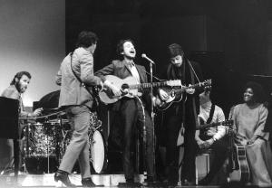 """Bob Dylan estaba junto a Robertson, Danko, Manuel, Hudson y Helm cuando interpretó por primera vez """"Like A Rolling Stone""""/ Photo Credits: AP Photo"""