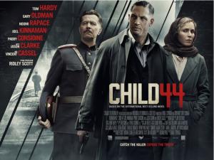 Tom Hardy (en el centro) encarna en el filme al agente Leo Demidov