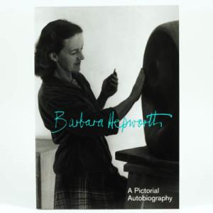 A lo largo de su carrera, Barbara Hepworth encontró formas que los bloques aparentemente compactos guardan mundos ocultos