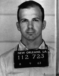 En la serie, el personaje de James Franco se introduce en la rutina de Lee Harvey Oswald (en la foto)