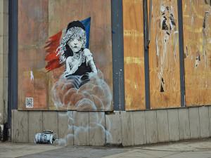 Bansky decoró el edificio londinense con bandera francesa con un dibujo de Colette, el personaje creado por Victor Hugo/ Foto: bansky.co.uk