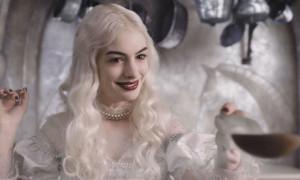 Anne Hathaway (en la foto) da vida a la asustada Gloria